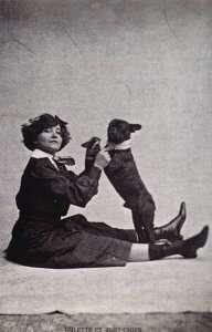 La scrittrice Colette ritratta con il suo boulegodue francese.