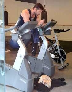 Hugh_Jackman alla cyclette per diventare Wolverine con il suo bouledogue francese come supporter!