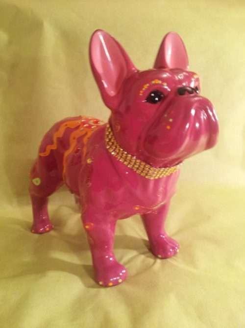 Statua bouledogue francese in ceramica di colore rosa con decorazioni fatte a mano.