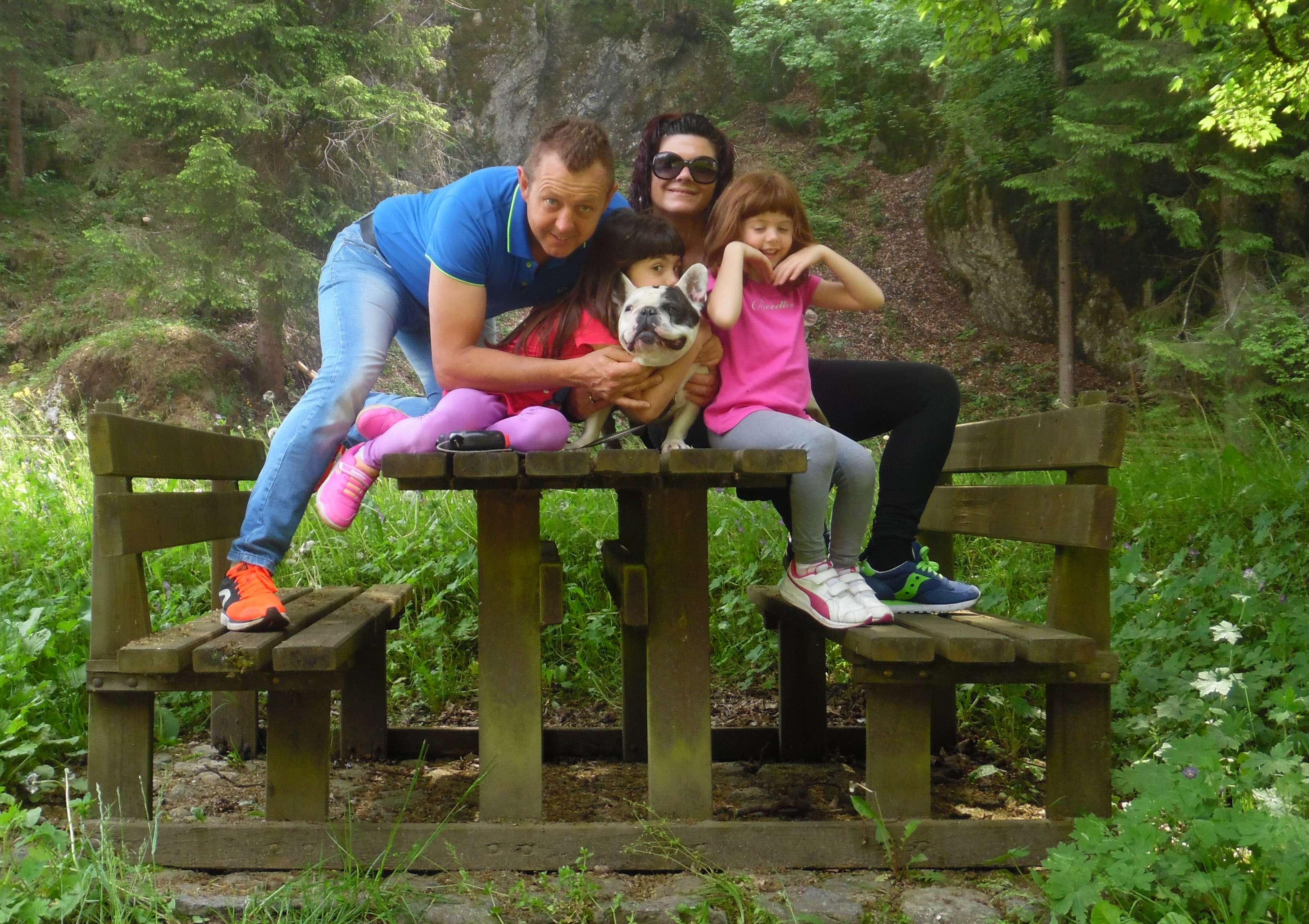 Il bouledogue francese Spike con tutta la sua bellissima famiglia