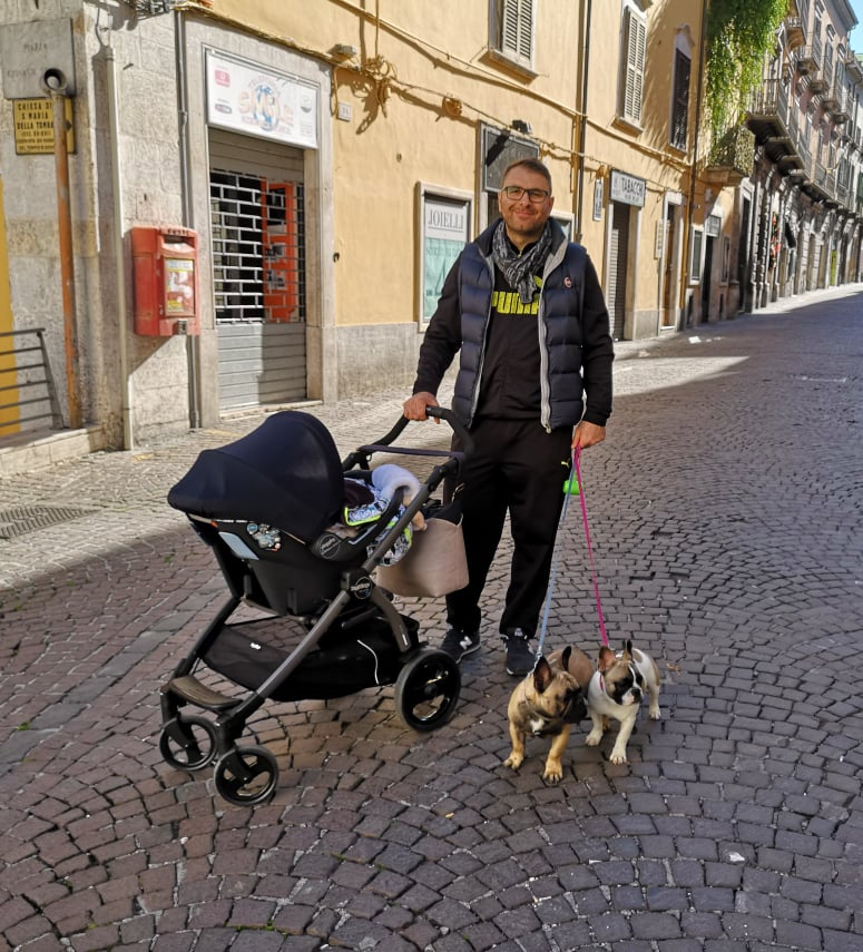 Papà con passeggino e Bouledogue