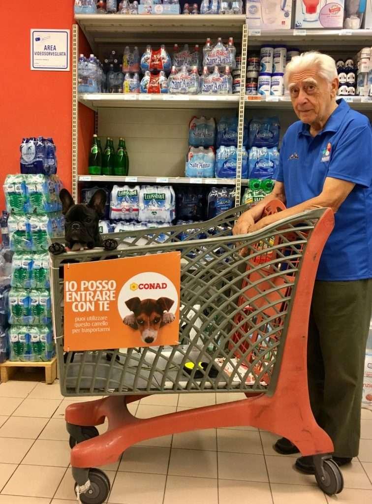 Anziani e Bouledogue Francese. D'Artagnan al supermercato