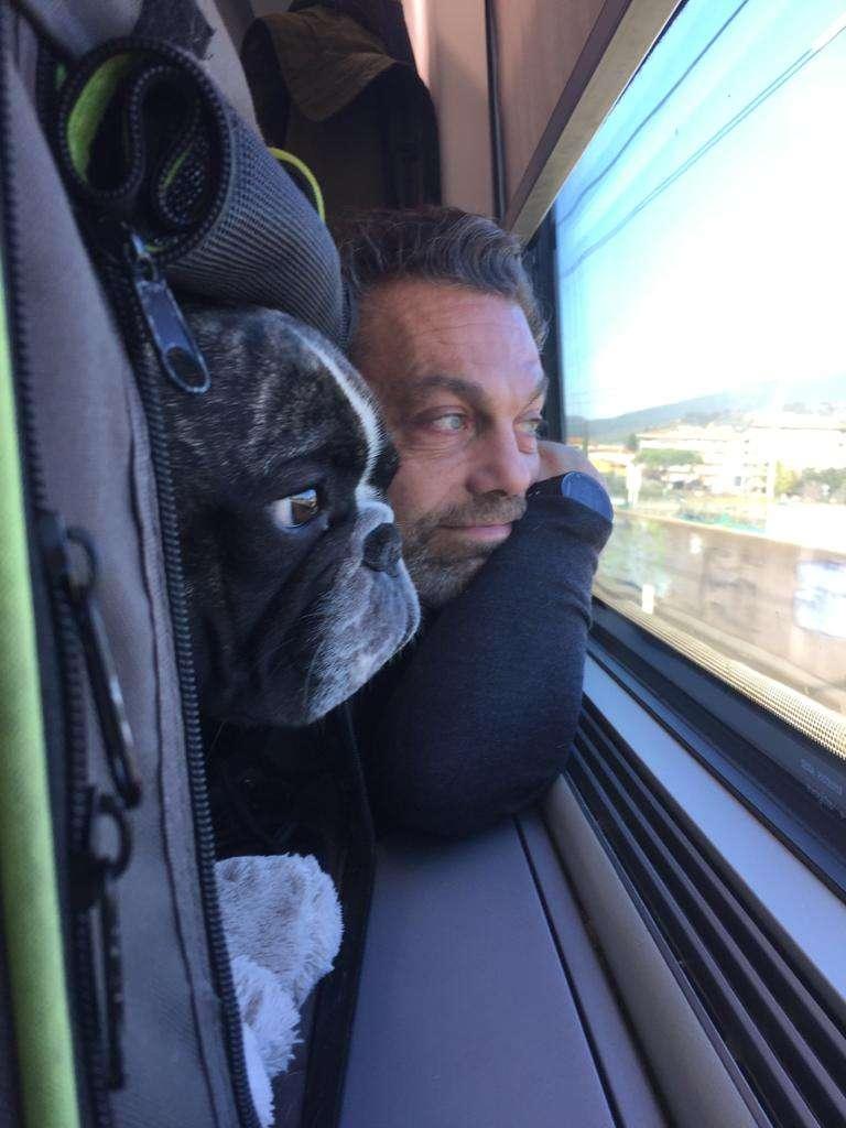 In treno con il cane. Francois e Roberto guardano il panorama dal finestrino